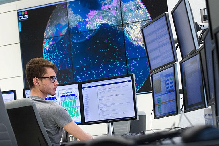 Opérateur devant écrans centre de contrôle CLS