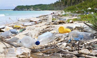 pollution plastique sur une plage