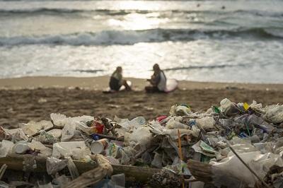 pollution plastique plage indonésienne