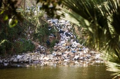 pollution plastique dans une rivière