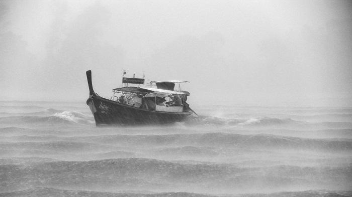 bateau de pêche menacé par un typhon